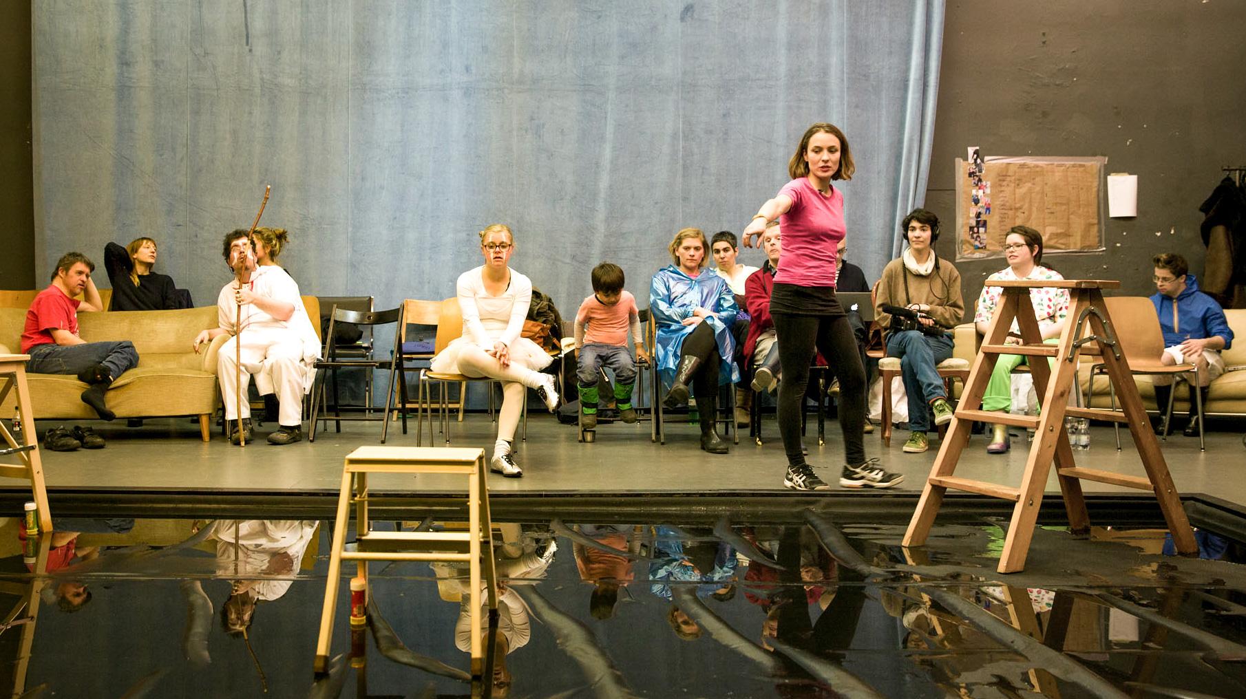 Bei den Proben zum Stück von Nora Tosconi. Das Stück heisst: Zyklus