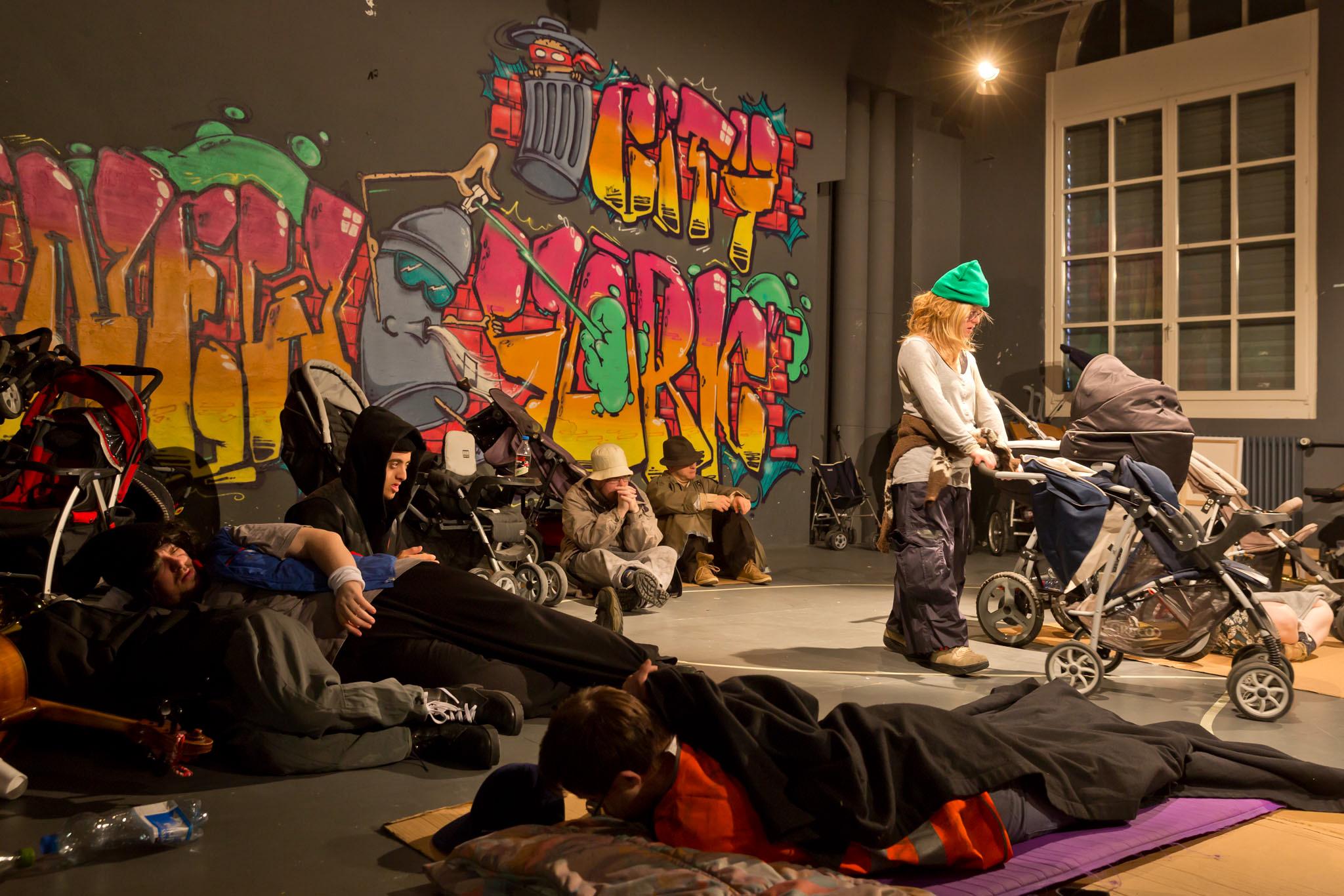 Das Stück von Sarah Hess heisst: Über das Leben auf der Straße. Dieses Foto ist von der Aufführung.