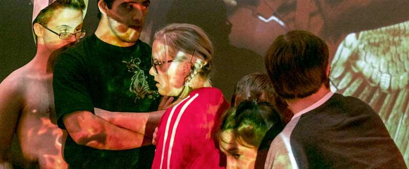 Eine Szene aus dem Stück von Gianni Blumers. Das Stück heißt: Das Fest-Essen der neuen Präsidentin von Hunger Games