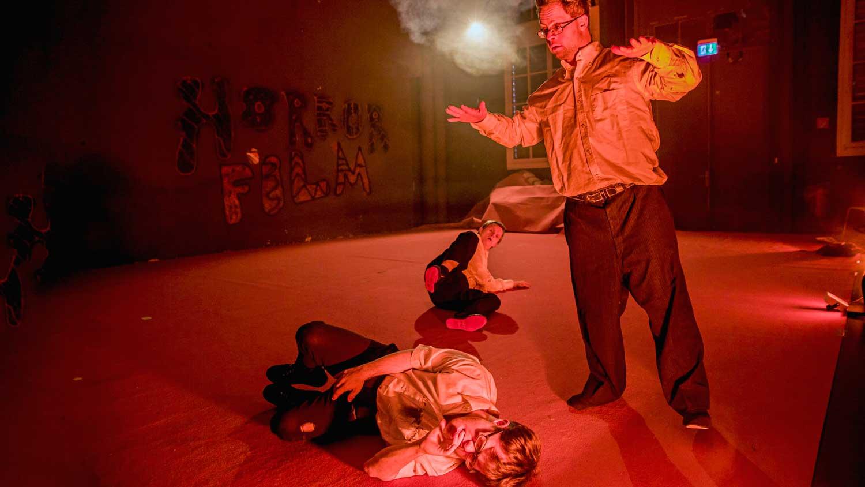 Eine Szene aus dem Stück von Tiziana Pagliaros. Das Stück heißt «Randen Saft Horror»