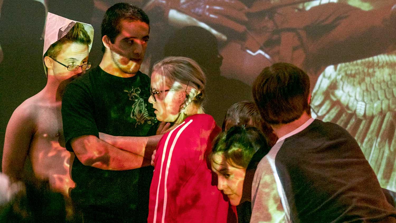 Eine Szene aus dem Stück von Gianni Blumers. Das Stück heißt: «Das Fest-Essen der neuen Präsidentin von Hunger Games»