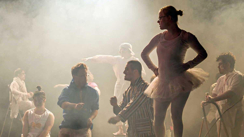 Eine Szene aus dem Stück von Nora Tosconis. Das Stück heißt «Zyklus».